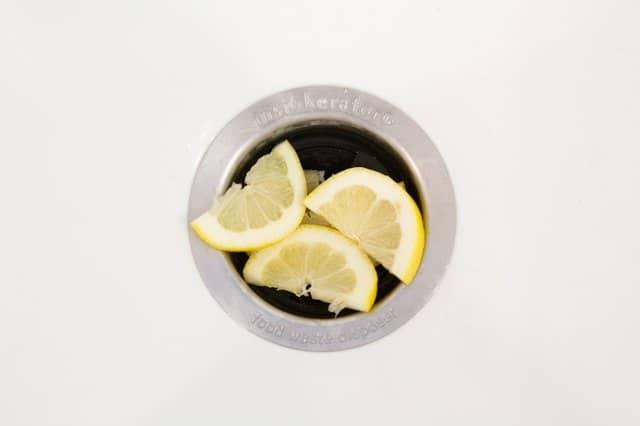 triturar rodajas de limon para darle un olor agradable al desagüe.