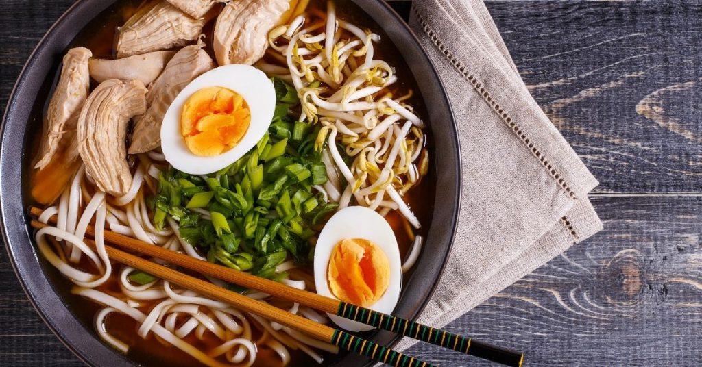 Ingredientes para ramen de pollo y verduras