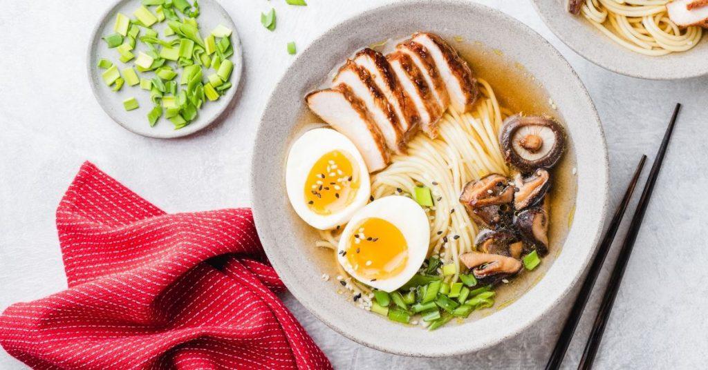 Ramen de pollo y verduras: fácil y muy rápido!